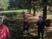 """Jesienny spacer- """"Szukamy , zbieramy, kolorowy bukiet z liści układamy"""""""