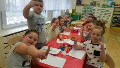Zabawy plastyczne - malowanie palcami w grupie V